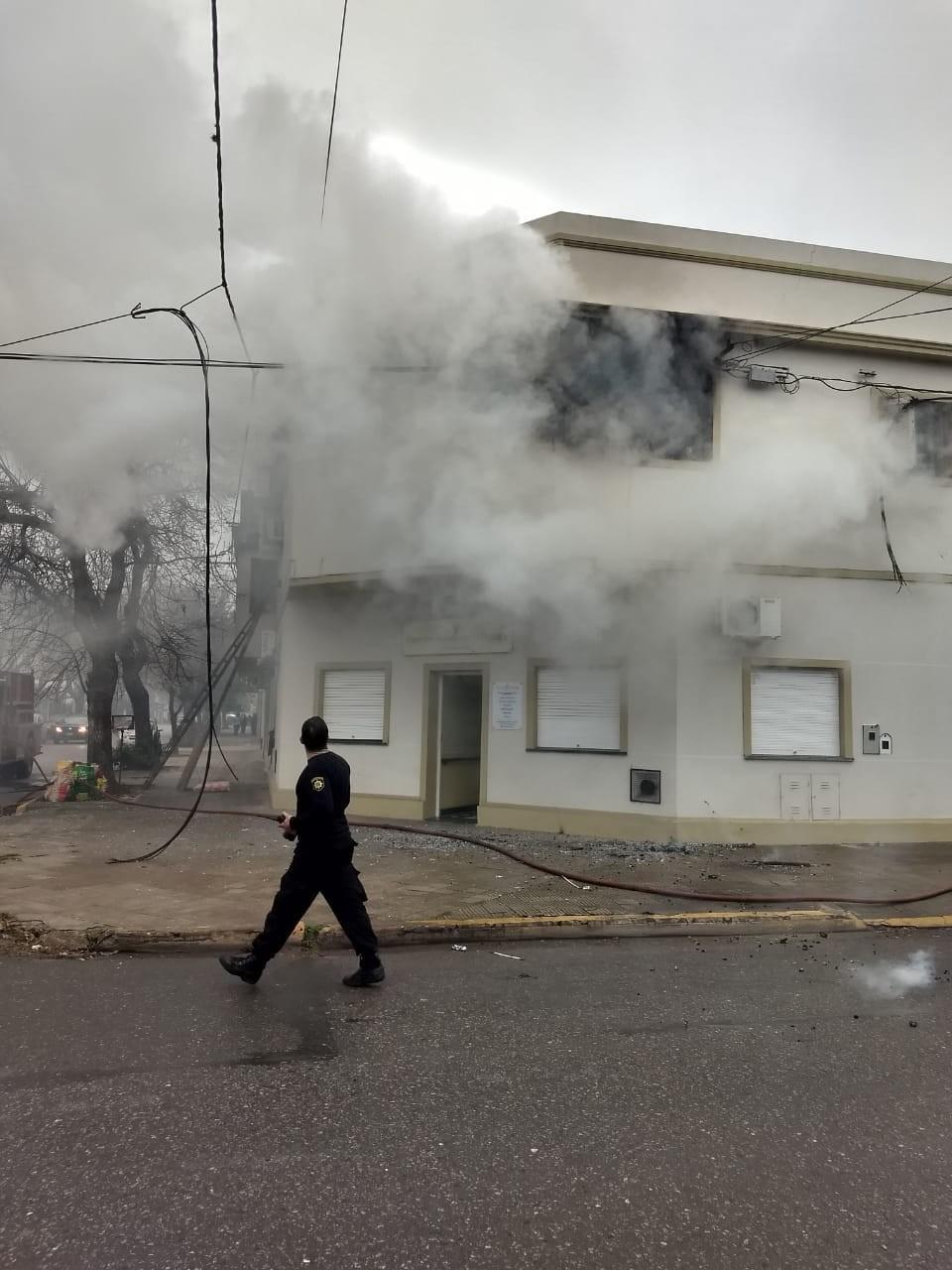 La Policía Comunitaria rescató a víctimas de un incendio en la esquina de Crespo y Zavalla