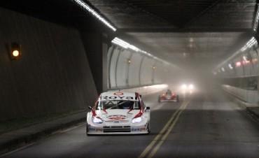 Los autos del Súper TC 2000 realizan el cruce del Túnel Subfluvial
