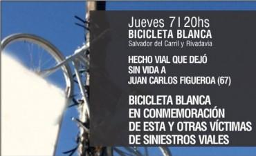 Un grupo de ciclistas cuelga una bicicleta blanca en recuerdo de un hombre fallecido en un siniestro vial