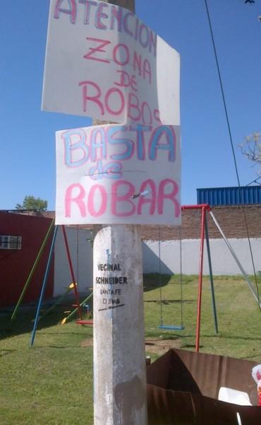 La Vecinal Schneider advierte con carteles posibles robos en el barrio