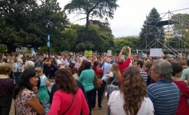 Fuerte convocatoria de la comunidad santafesina, que bajo la lluvia, pide justicia por Nisman