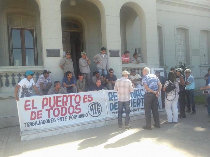 Trabajadores instalaron una carpa frente a la sede del Ente Administrador del Puerto