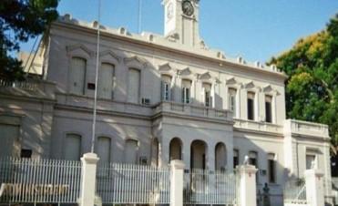 Los trabajadores del Ente Administrador del Puerto se manifiestan frente a la Municipalidad