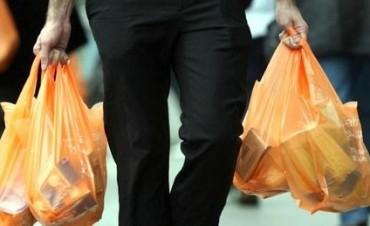 Los comercios no pueden entregar bolsas plásticas desde este miércoles