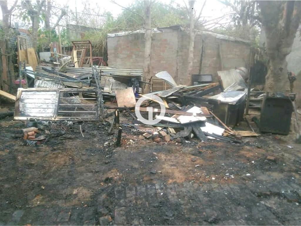 Familia de barrio Abasto pide ayuda tras perder su casa en un incendio