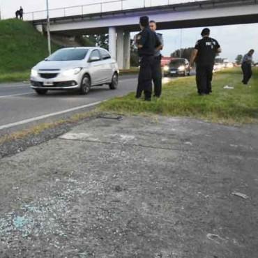 Ataque comando a un vehículo del Servicio Penitenciario en la autopista