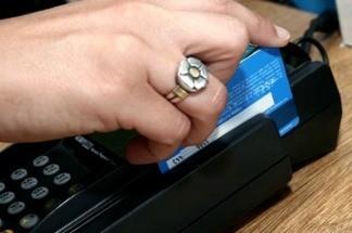Todos los comercios deberán aceptar tarjetas de débito en una semana