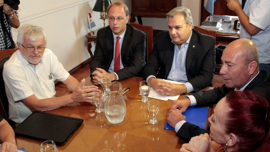 La provincia pagará aumentos por decreto y descontará días de paro