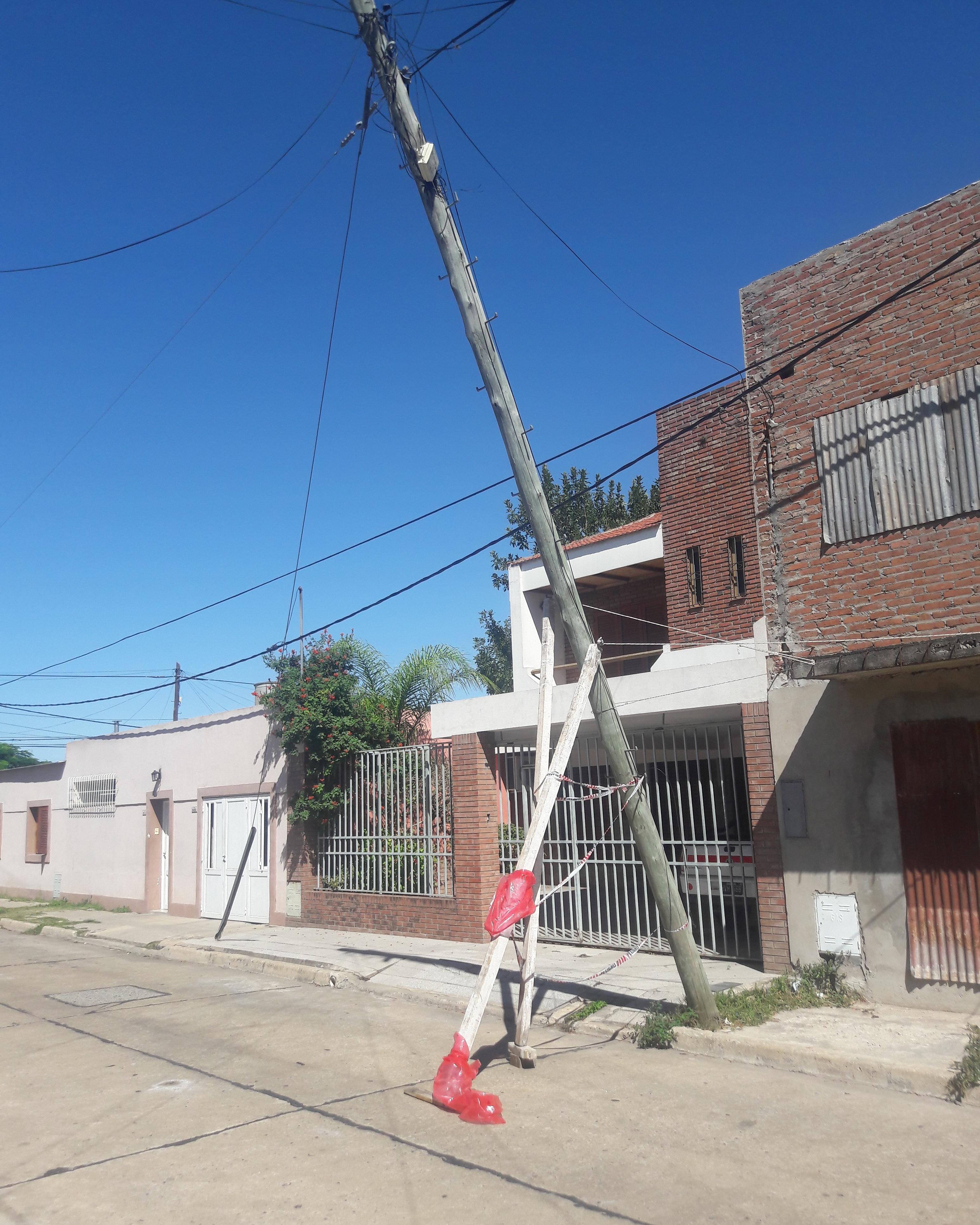 Un poste de telefonía esta por caerse desde el jueves en barrio María Selva