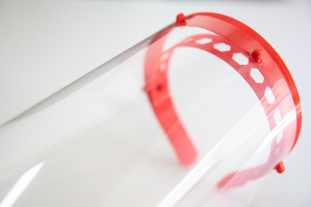 La UNL fabrica protectores faciales para trabajadores de la salud