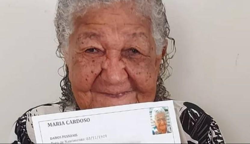 Una mujer de 101 años busca trabajo para comprar comida y vino