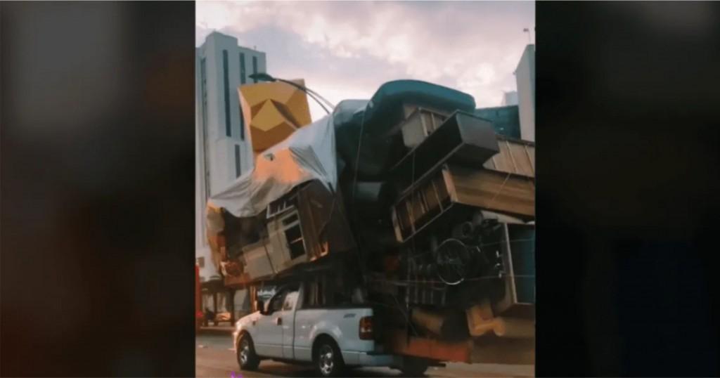 Un mexicano cargó todos los muebles de su casa en una camioneta