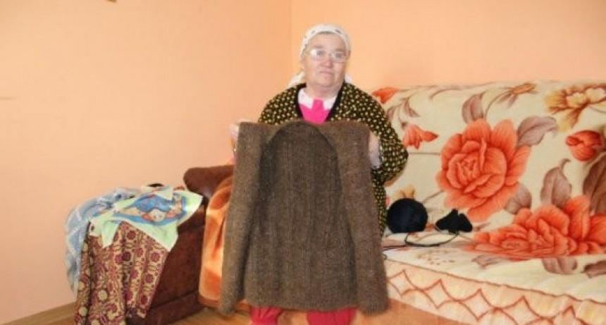 Una mujer tejió un chaleco con su propio pelo