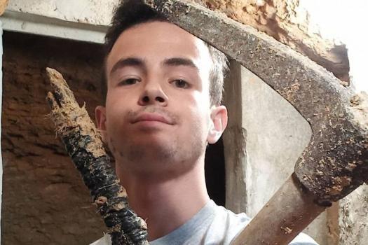 Un joven construyó una cueva en el patio de su casa con luz y Wi-Fi