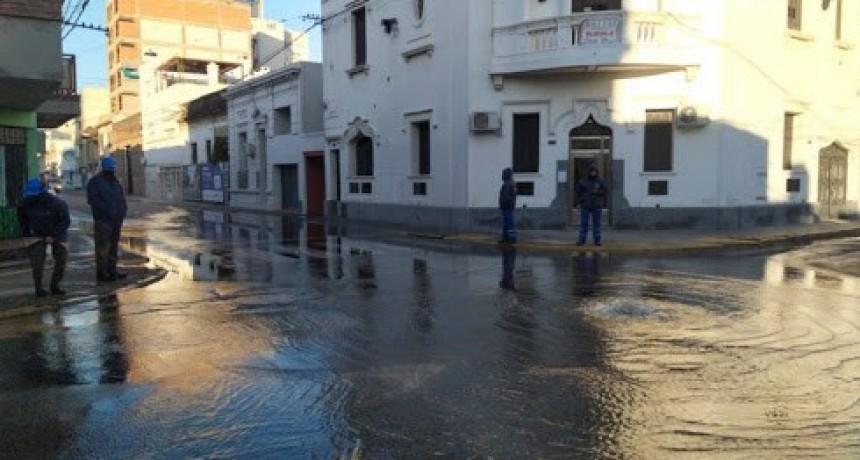 El tránsito esta interrumpido en 4 de enero y Eva Perón por la reparación de un caño de Aguas Santafesinas