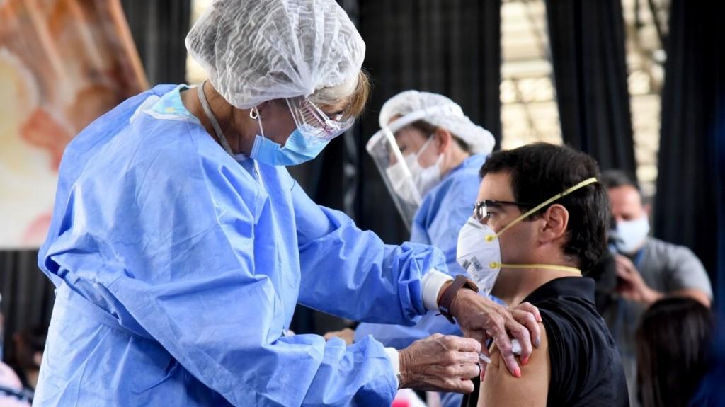 Al menos 500 enfermeros estarían disponibles para sumarse al plan de vacunación