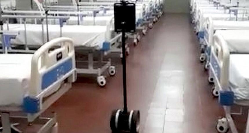 Corrientes: Un robot trabaja como enfermero en un hospital de campaña