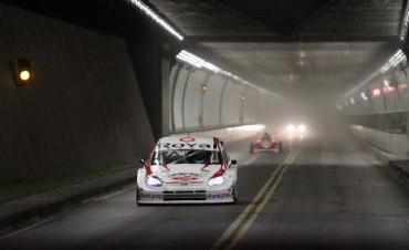 La autos del Súper TC 2000 realizan el cruce del Túnel Subfluvial