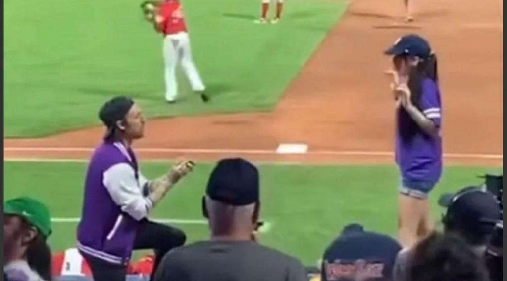 Una mujer rechaza propuesta de matrimonio en un partido de Beisbol