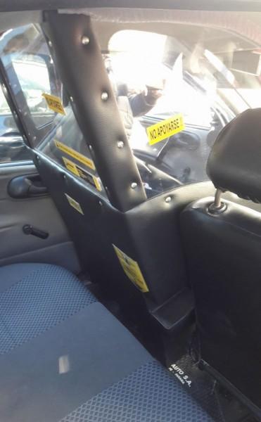 Un taxista debió quitar la mampara antivandálica para realizar el RTO