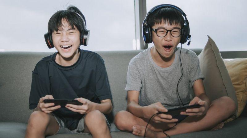 China limita a 3 horas semanales videojuegos para menores de 18 años