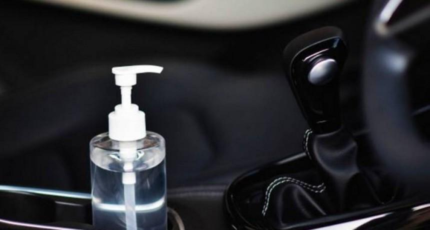 Recomiendan no dejar el alcohol gel en vehículos