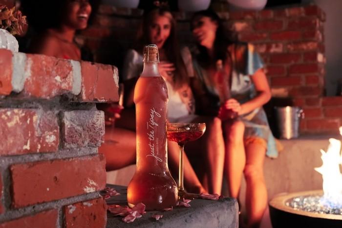Un vino espumante viene con una forma particular para