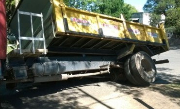 Un camión cayó en un pozo en Vélez Sarsfield y Calcena